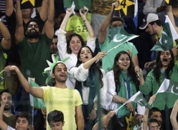 800 கி.மீ தூரம், 26 மணி நேர பயணம்... பாகிஸ்தானிலும் கிரிக்கெட் ஒரு மதம்! #CricketBackToPak