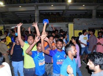 'எங்களுக்கு கேப்டன்  'தல தோனி' தான்....'  சென்னை ரசிகர்களின் வெற்றி கொண்டாட்ட புகைப்படங்கள் #IndvAus