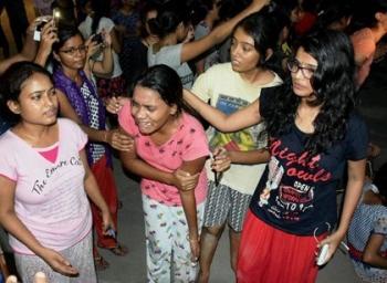 மாணவிகளை அடித்த போலீஸ்: வைரலாகும் வீடியோ