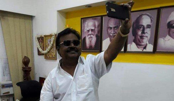 ஒயிட் அண்ட் ஒயிட் காஸ்ட்யூம்... கூலிங் கிளாஸ்... வைரலாகும் விஜயகாந்த் புதிய கெட்டப்!