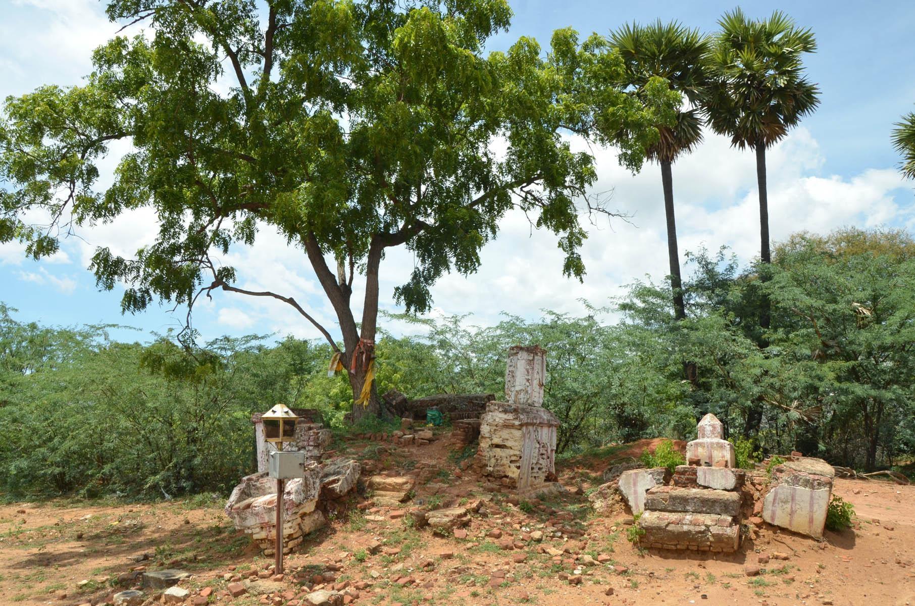 சிதிலமடைந்த தீப்பாய்ந்த அம்மன் கோயில்