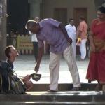 லாக்கானது ஏடிஎம் கார்டு... பிச்சையெடுத்த ரஷ்ய வாலிபர்... உதவிக்கரம் நீட்டியது போலீஸ்!