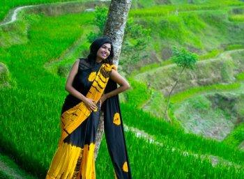 உலகம் முழுக்க 'ஒன்லி சேலை' சுற்றுலா செல்லும் தமிழ்ப் பெண்! #Smruthi #SareeLove