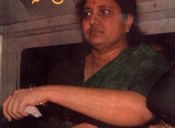 1996-ல் சசிகலா சிறை சென்றபோது என்ன நடந்தது. சசிகலா, ஜெயலலிதாவின் உடன்பிறவாச் சகோதரியான கதை, அத்தியாயம் - 53