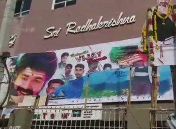 பெங்களூரில் விஜய் ரசிகர்கள் - கன்னட அமைப்பினர் மோதல்! 'மெர்சல்' படக்காட்சிகள் ரத்து
