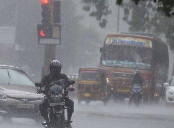 சென்னையில் கனமழை; நகரின் பல பகுதிகளில் கடும் போக்குவரத்து நெரிசல்