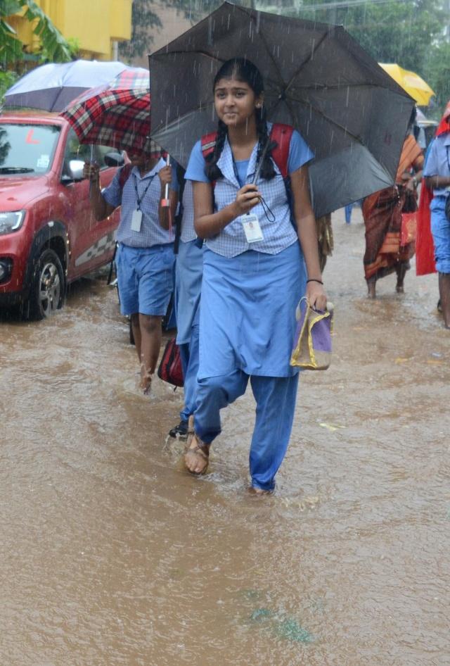 சென்னையில் நள்ளிரவு தொடங்கி விடிய விடிய மழை; இன்றும் பள்ளிகளுக்கு விடுமுறை Rainpalli_07290