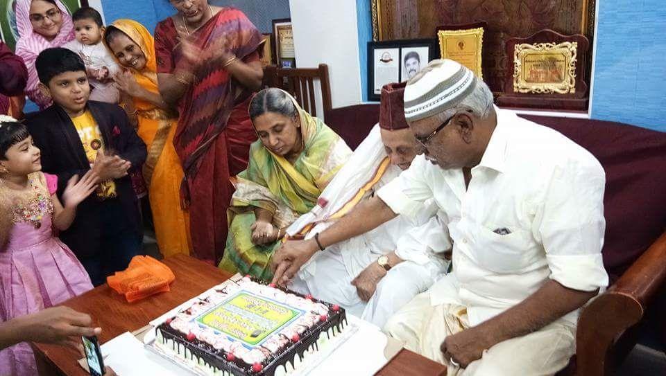 101 வது பிறந்த நாளில் கேக் வெட்டிய கலாம் சகோதரர் மரைக்காயர்