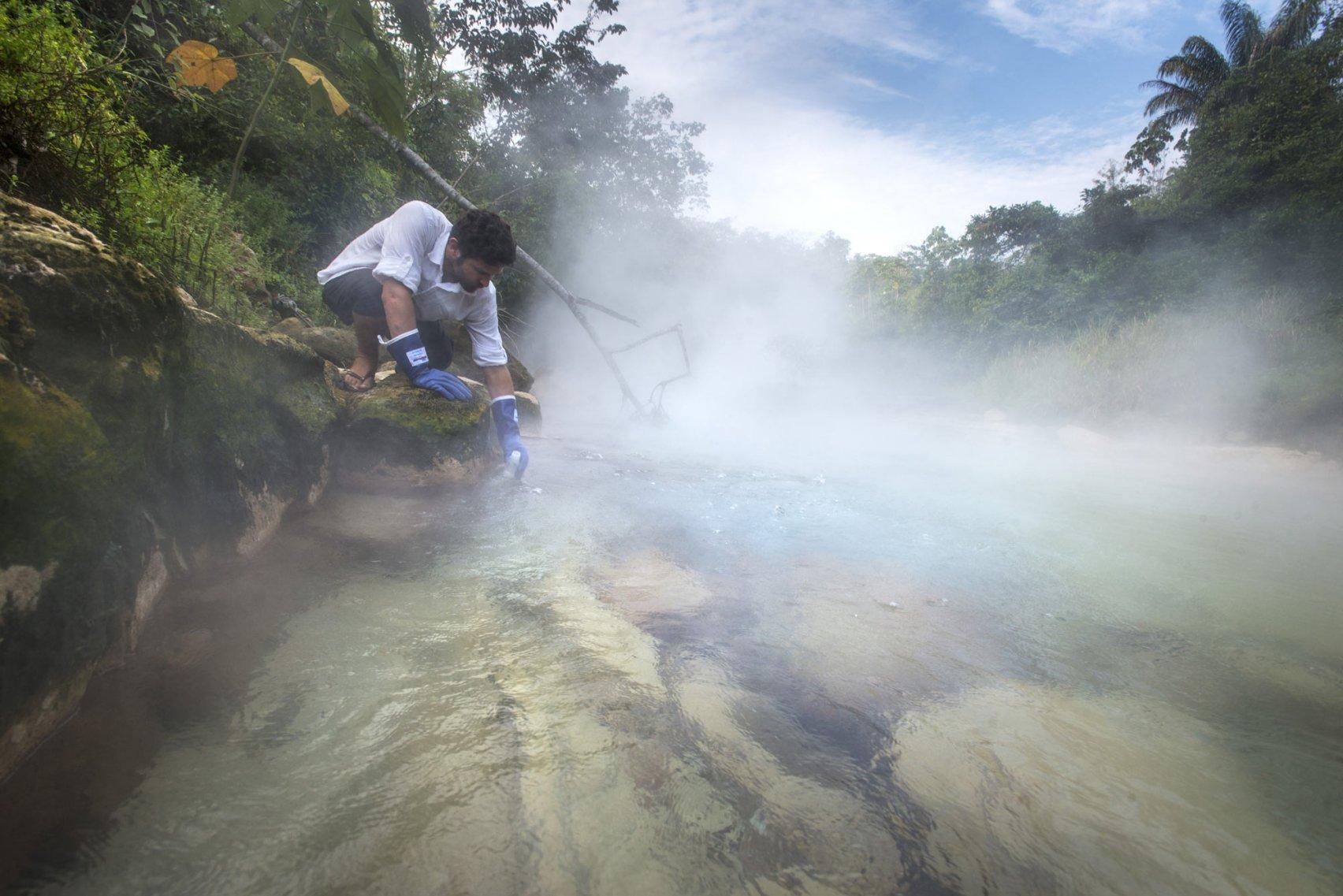 ஆண்ட்ரெஸ் ரூஸோ ஆராய்ச்சி செய்யும் வெந்நீர் ஆறு
