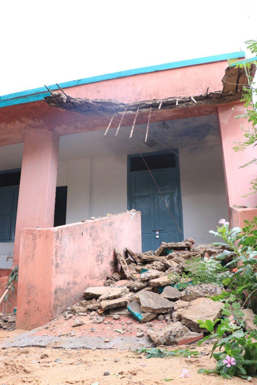 ராமேஸ்வரத்தில் நேற்று பெய்த மழையில் இடிந்த பள்ளி கட்டிடம்