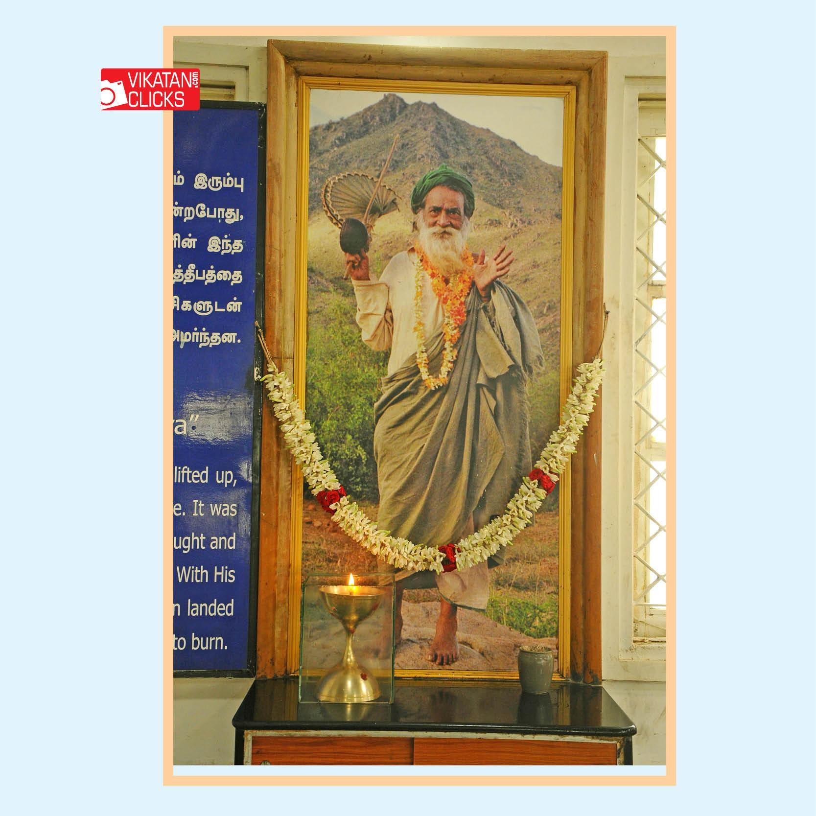 முகப்பில் காட்சிக்கு வைக்கப்பட்டுள்ள யோகியின் புகைப்படம்