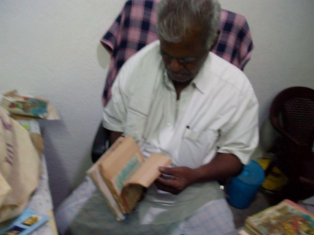 அடையாறு வெள்ளத்தில் பாதிக்கப்பட்ட புத்தகங்கள்