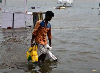 மூழ்கிய மெரினா... பரிதவிக்கும் தொழிலாளர்கள்... அரசின் கவனத்துக்கு!  #ChennaiRain #VikatanExclusive