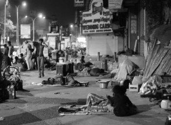 """""""வெளிச்சத்துல தூங்குனா சேஃப்டி. ஆனா, போலீஸ்காரங்க வெரட்டிர்றாங்களே!"""" சென்னை பிளாட்பார பெண்களின் வாழ்க்கை #VikatanExclusive #NightLifeChennai"""