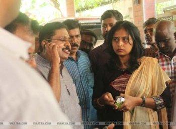 'அந்த 48 மணி நேரம்..?' - சசிகலா குடும்பம் ரெய்டு ரிப்போர்ட்!