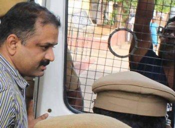 ராஜீவ் காந்தி கொலை வழக்கில் தண்டனையை நிறுத்தக் கோரி உச்ச நீதிமன்றத்தில் பேரறிவாளன் மனு
