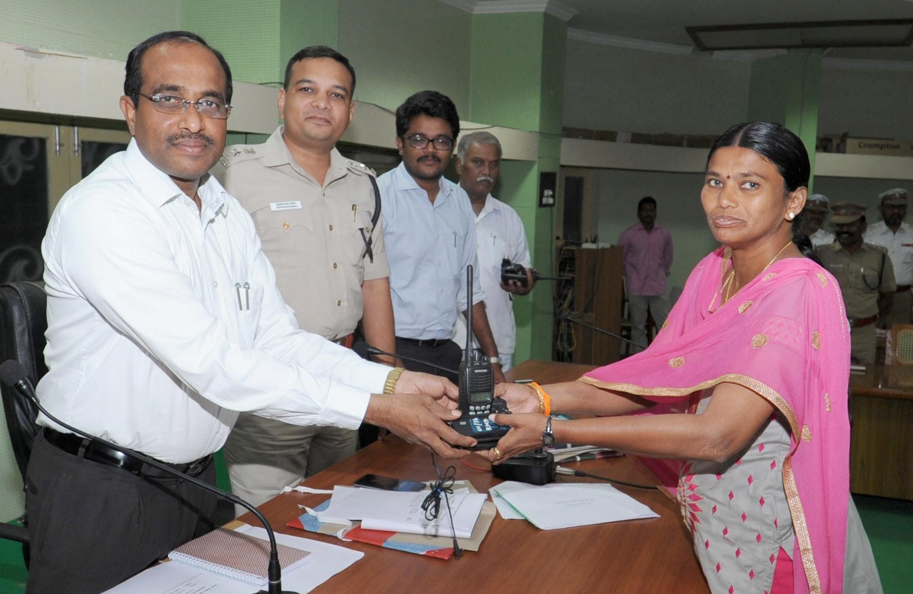 ராமநாதபுரம் மாவட்ட பேரிடர் மீட்பு அதிகாரிகளுக்கு வாக்கி டாக்கி