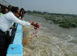 ராமநாதபுரம் வந்த வைகையை மலர் தூவி வரவேற்ற மாவட்ட ஆட்சியர்