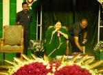 இடது கையில் ஜூஸ் குடிக்கும் ஜெயலலிதா - ஃபோட்டோ ஆதாரம் சொல்லும் உண்மை!