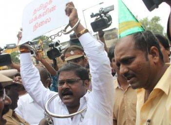 ஆர்.கே.நகர் மக்களை அதிரவைத்த கட்சித் தலைவரின்  'கெட்டப்'