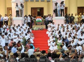 அழுதார்கள்... தியானித்தார்கள்... தகர்த்தார்கள்...! ஜெயலலிதா இறந்த ஓராண்டில் நிகழ்ந்தவை #RememberingJayalalithaa