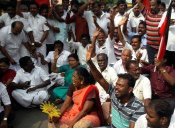 தி.மு.க திடீர் சாலை மறியல்! #RKNagarAtrocities