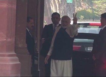 #LiveUpdates தேர்தல் முடிவுக்கு முன்னரே வெற்றி சின்னம் காட்டிய மோடி!  #GujaratResults