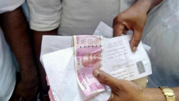 ஆர்.கே.நகர்.. வேட்பாளர்களே தேர்தலில் கொஞ்சம் நேர்மை ப்ளீஸ்! #RKNagarAtrocities