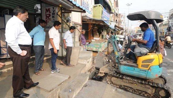 சாக்கடை கால்வாய் ஆக்கிரமிப்பு அகற்றப் பணிகளை நேரில் ஆய்வுசெய்த கரூர் ஆட்சியர்!