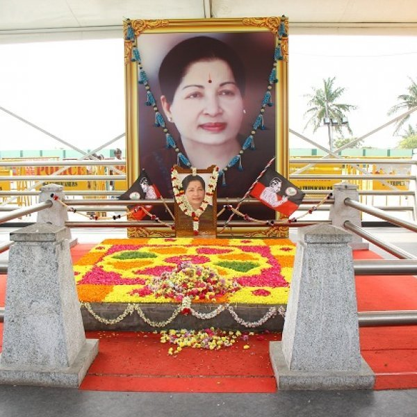 ஜெ.நினைவிடம்... நேற்றும் இன்றும்! #Jayalalithaa