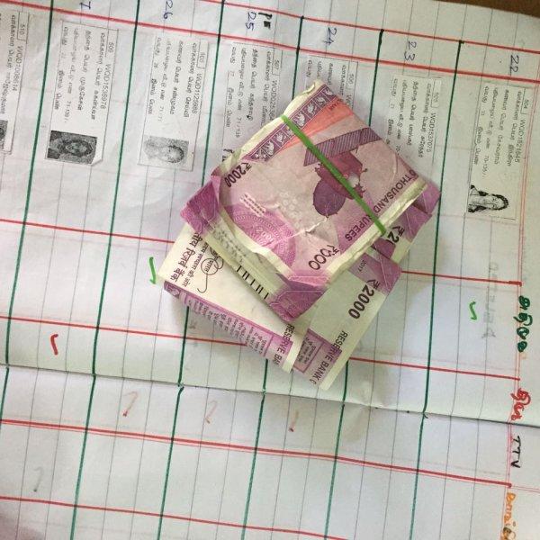 ஆர்.கே.நகரில் ₹20 லட்சம் பறிமுதல்: டிடிவி ஆதரவாளர் கைது
