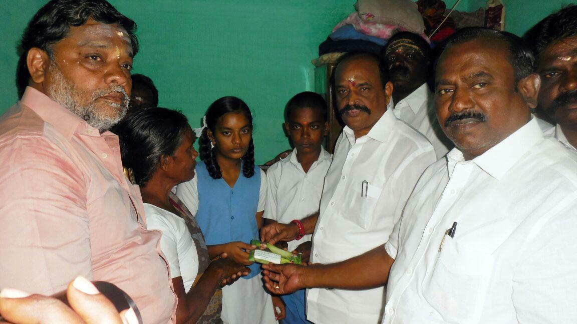 Minister giving rs.1 laksh amount to perchiammal childrens