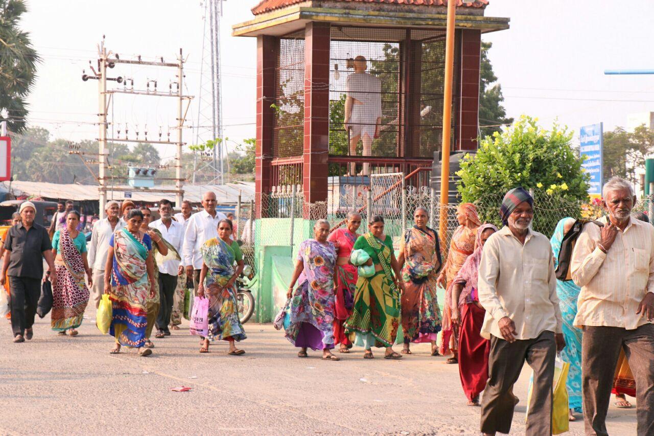 ராமநாதபுரம் மாவட்டத்தில் பேரூந்து சேவை முடங்கியதால் அவதிகுள்ளான யாத்திரைவாசிகள்
