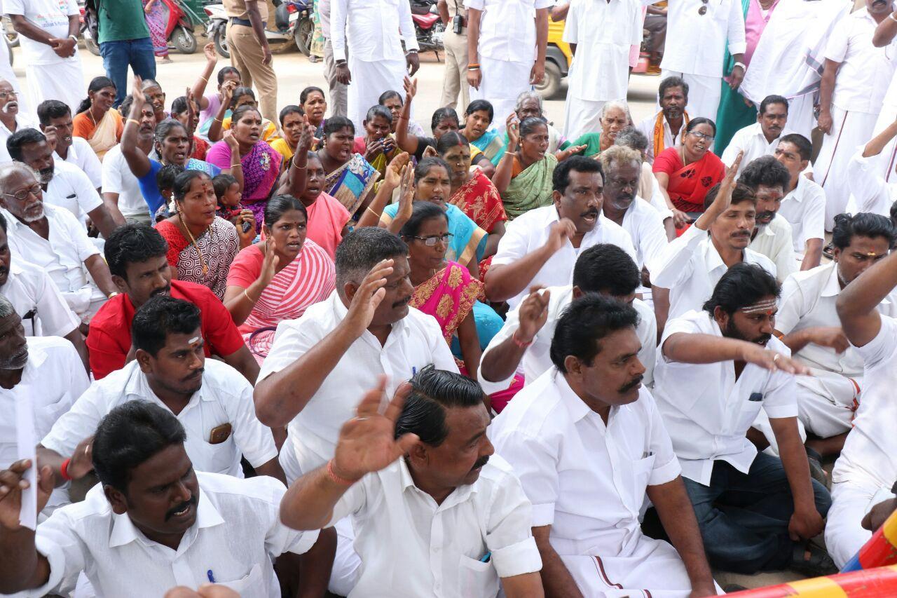 ராமேஸ்வரம் நகராட்சியை முற்றுகையிட்ட அனைத்து கட்சியினர்