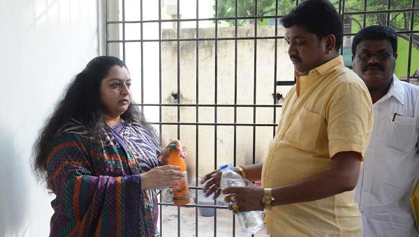 தீபா மற்றும் அவரது கார் டிரைவரான ராஜா.