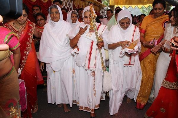 துறைவி உடையுடன் மம்தா