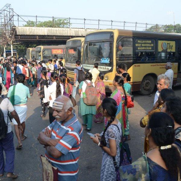 `பணமிருந்தால் ஆட்டோ, கால்டாக்ஸி... இல்லன்னா நடராஜா சர்வீஸ்' - சென்னை மக்களின் பரிதாபக் கதை #BusStrikeChaos