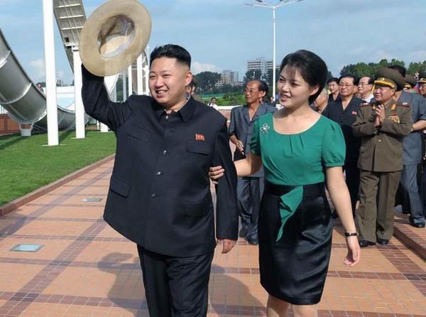 மனைவியுடன் கிம் ஜாங்....