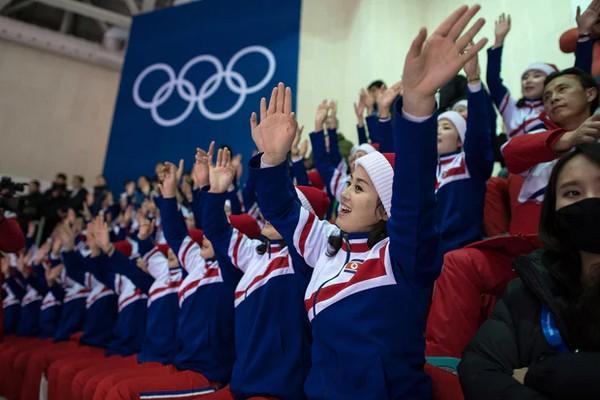 கொரிய வீரர்களை உற்சாகப்படுத்தும் Cheer Leaders  பெண்கள்...