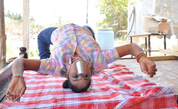 டம்ளர் வித்தை காட்டும் சிம்ரன்