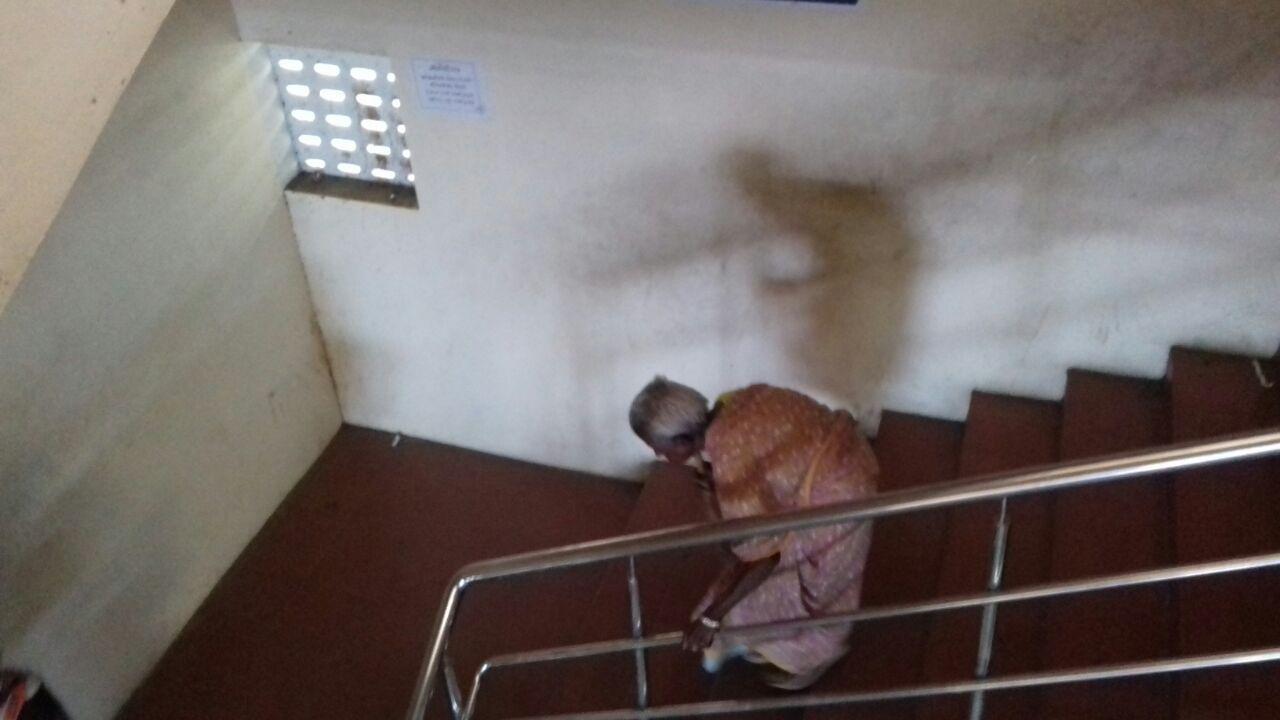முதியோர் ஓய்வூதியம்    மாடிப்படிகளில் தடுமாறும் மூதாட்டி
