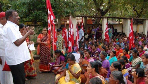 ''அரசு நிர்ணயித்த கூலி 11 ரூபாய்; கிடைப்பதோ 5 ரூபாய்!'' - கோட்டாட்சியர் அலுவலகத்தை முற்றுகையிட்ட தீப்பெட்டி தொழிலாளர்கள்