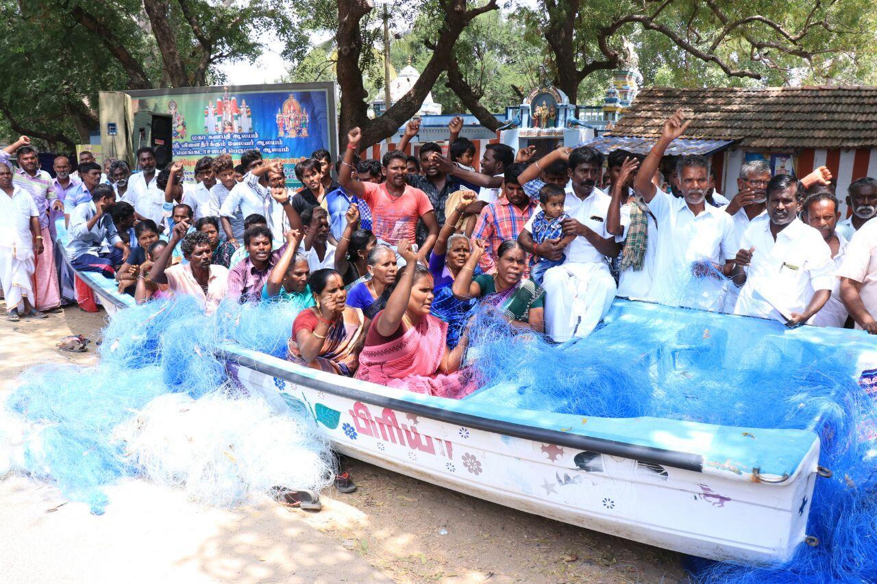ராமநாதபுரத்தில் நாட்டுப்படகு மீனவர்கள் முற்றுகை போராட்டம்