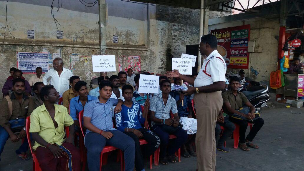 பைக் ஓட்டிகள் மத்தியில் பேசும் இன்ஸ்பெக்டர் அருள்ஜான் ஒய்சிலிராஜ்