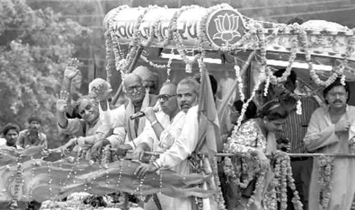 அத்வானியுடன் பிரதமர் மோடி