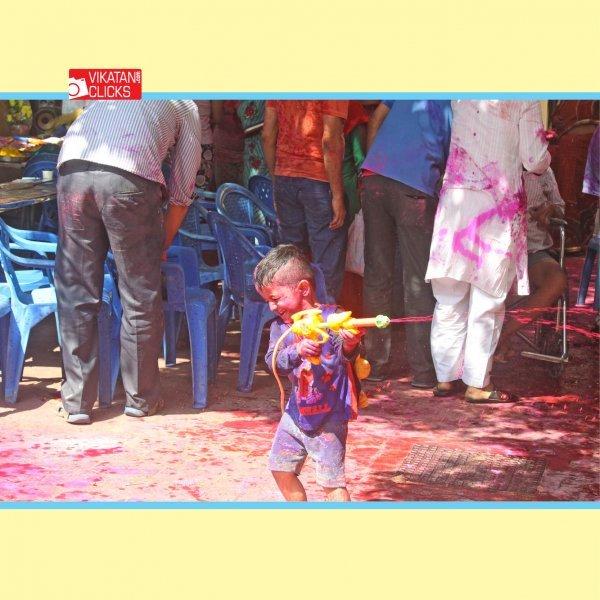 ஸ்ரீகிருஷ்ணரும் ராதையும் மகிழ்ந்துகொண்டாடிய ஹோலிப் பண்டிகை! #HoliFestival #VikatanPhotoStory