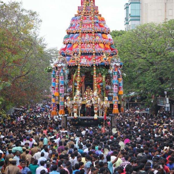 எங்கும் சிவமயமாக ஜொலிக்கும் திருமயிலையில் பங்குனித் திருவிழா திருத்தேர் பவனி! #VikatanPhotoStory