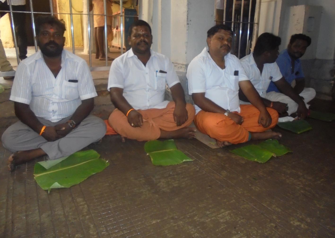 ராமேஸ்வரம் கோயிலில் நெய்வேத்தியம் படைக்காததை கண்டித்து தர்ணா.