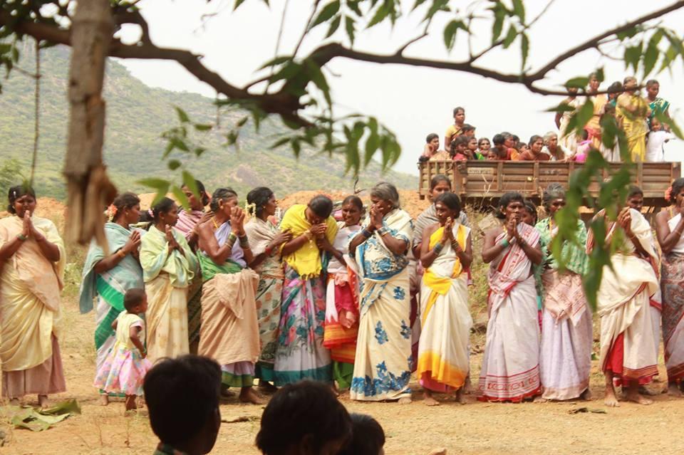 அம்பரப்பர் மலை அருகே வசிக்கும் மக்கள்