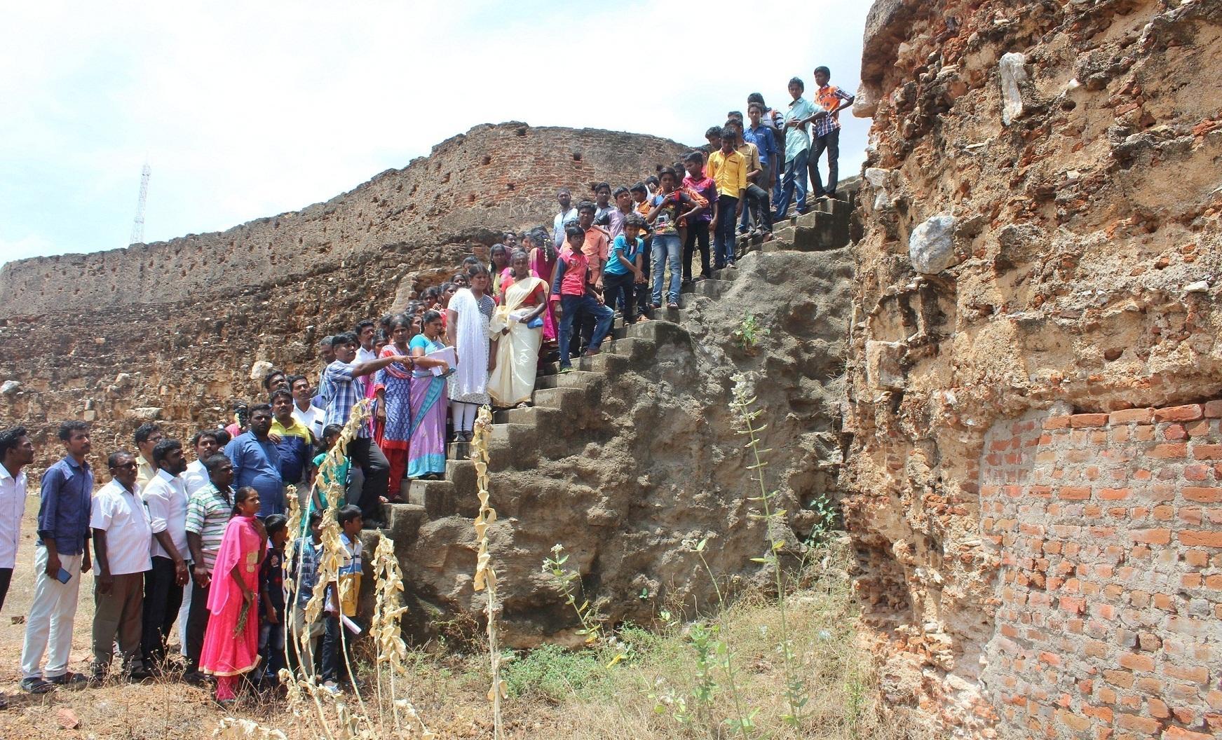 தொல்லியல் ஆய்வு நிறுவனத்தினர் மரபு நடை மேற்கொண்ட கமுதி கோட்டை.